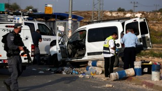 Israeli police investigate the scene on October 20, 2015 where a Palestinian attempted to ram his car into a group of pedestrians at an intersection on a highway in the Jewish settlement bloc of Gush Etzion, south of Jerusalem, in the Israeli occupied West Bank, before being shot and killed, police said. AFP PHOTO / AHMAD GHARABLI / AFP / AHMAD GHARABLI