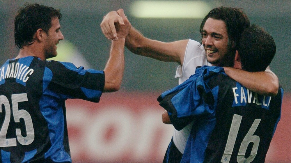 Inter Milan's forward Alvaro Recoba of Uruguay (C) celebrates after scoring against FC Basel with teammates Giuseppe Favalli and Dejan Stankovic (L) during their Champions league third qualifying round second leg football match at San Siro stadium 24 August 2004.    AFP PHOTO/Paco SERINELLI