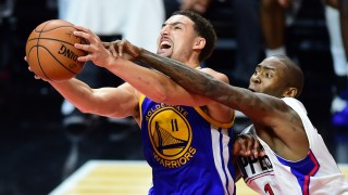 Klay Thompson of the Golden State Warriors goes to the basket under pressure from Jamaal Crawford of the Los Angeles Clippers during their NBA game in Los Angeles, California on November 19, 2015 where the Warriors defeated the Clippers 124-117. AFP PHOTO / FREDERIC J. BROWN / AFP / FREDERIC J. BROWN