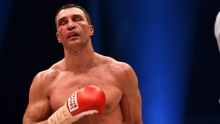 A bloodied world heavyweight boxing champion Wladimir Klitschko of Ukraine returns to his corner between rounds against Britain's Tyson Fury during their  WBA, IBF, WBO and IBO title bout in Duesseldorf, western Germany, on November 28, 2015.   Fury dethroned  Klitschko in a 12-round decision to become world heavyweight champion. AFP PHOTO / PATRIK STOLLARZ / AFP / PATRIK STOLLARZ
