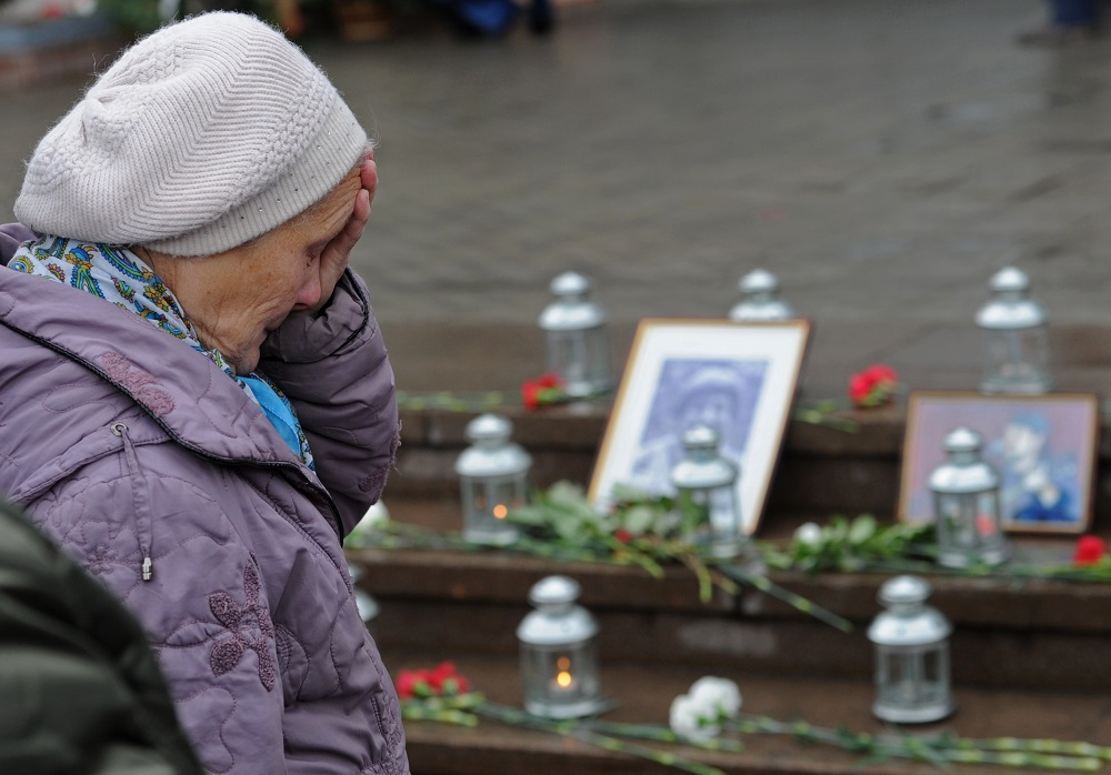 2726170 10/26/2015 Moscow residents during an event commemorating the 13th anniversary of the hostage crisis that occurred during the performance of the musical Nord-Ost at the Dubrovka Theater in Moscow. Kirill Kallinikov/RIA Novosti