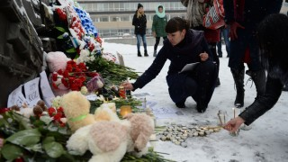 2730325 11/01/2015 People light up candles at the Black Tulip memorial, Yekaterinburg, mourning the the victims of Kogalym Avia flight 9268, which crashed on the way from Sharm El-Sheikh to St. Petersburg. Pavel Lisitsyn/RIA Novosti