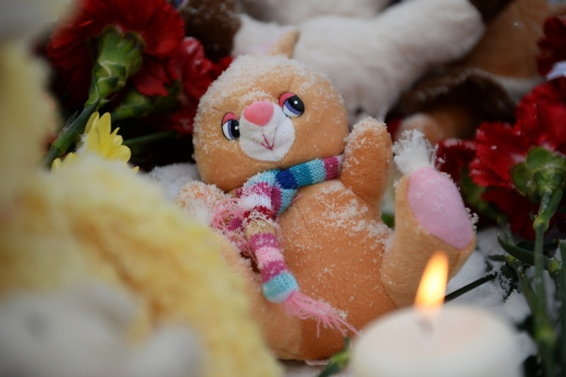 2730360 11/01/2015 Flowers, candles and children toys are brought at the Black Tulip memorial in Yekaterinburg on the national day of mourning for the victims of Kogalymavia's Airbus A321 passenger airliner. Flight 9268 was traveling to St. Petersburg from the city of Sharm El-Sheikh and crashed in the Sinai Peninsula in Egypt on October 31, 2015. Pavel Lisitsyn/RIA Novosti