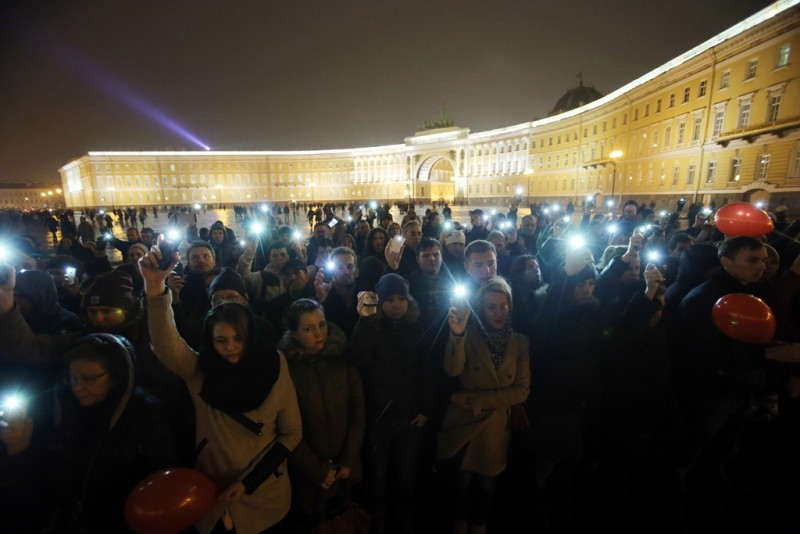 2730647 11/01/2015 St. Petersburg residents gather on Palace Square to mourn the victims of the Russian passenger airliner crash in Egypt. The plane was traveling to St. Petersburg from Sharm El-Sheikh and crashed in the Sinai Peninsula killing 217 passengers and seven crew members on board. Igor Russak/RIA Novosti