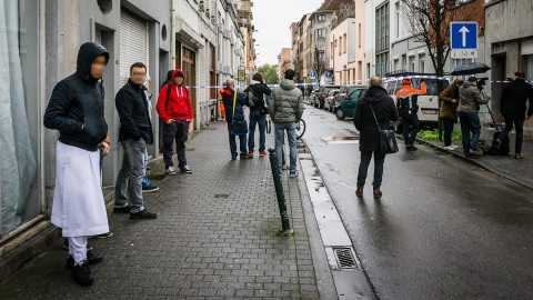 20151116 - BRUSSELS, BELGIUM: Residents and people of the press pictured during searchings near the Delaunoystraat - Rue Delaunoy in Sint-Jans-Molenbeek / Molenbeek-Saint-Jean, Brussels on Monday 16 November 2015. During the weekend searches were carried out and multiple people were arrested in relation to Friday's terrorist attacks in Paris. Several terrorist attacks in Paris, France, have left at least 129 dead and 350 injured. Most people were killed during a concert in venue Bataclan, the other targets were a restaurant and a soccer game. The attacks have been claimed by Islamic State. BELGA PHOTO JAMES ARTHUR GEKIERE