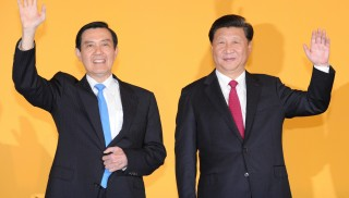 Chinese President Xi Jinping (R) and Taiwan President Ma Ying-jeou attend their historic meeting at Shangrila hotel in Singapore, Nov. 7, 2015. The leaders of China and Taiwan  have met since the Chinese Communist Party defeated Taiwan's ruling Nationalist Party (the Kuomintang or KMT) in the Chinese civil war in 1949.  ( The Yomiuri Shimbun )