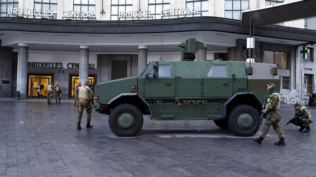 20151122 - BRUSSELS, BELGIUM: Illustration shows soldiers at Bruxelles Central-Brussel Centraal railway station , Sunday 22 November 2015, in Brussels. The terrorist threat level was updated to level four, the maximum, in Brussels region, and stays at level three for the rest of the country. Shopping center, main shopping streets, subways and public events are closed and cancelled for the week-end because of the terrorist threat level four. BELGA PHOTO NICOLAS MAETERLINCK