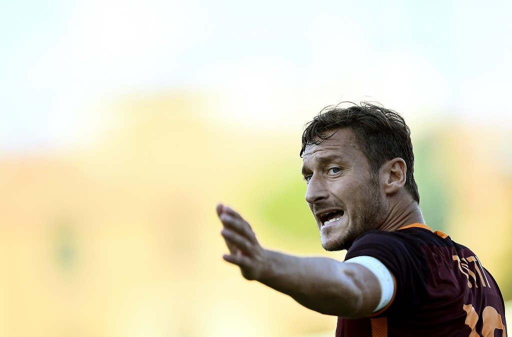 Roma's forward Francesco Totti gestures during the Italian Serie A football match between Frosinine and Roma at Matusa Stadium in Frosinone on September 12, 2015.  AFP PHOTO / FILIPPO MONTEFORTE