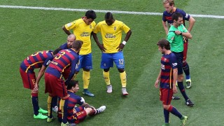 Barcelona's Argentinian forward Lionel Messi (sitting) is surrounded by other players after being injured during the Spanish league football match FC Barcelona v UD Las Palmas at the Camp Nou stadium in Barcelona on September 26, 2015. AFP PHOTO / CESAR MANSO