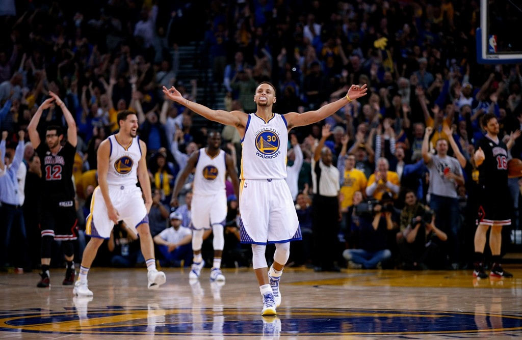 at ORACLE Arena on November 20, 2015 in Oakland, California.  NOTE TO USER: User expressly acknowledges and agrees that, by downloading and or using this photograph, User is consenting to the terms and conditions of the Getty Images License Agreement.