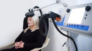 TRANSCRANIAL MAGNETIC STIMULATION An rTMS session (repetitive transcranial magnetic stimulation) in the Depression Center, Paris, France. A depressed patient receives a daily session for a 10-day period. TMS delivers magnetic impulses to the left prefrontal cortex, the area of the brain linked to depression, in order to stimulate the nerve cells. AMELIE-BENOIST / BSIP