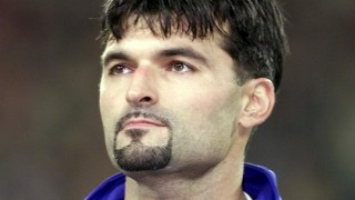 (FILES) This file photo taken on November 10, 2001 shows then Czech goalkeeper Pavel Srnicek in Brussels before the start of the 2002 World Cup play-off qualifying soccer match between Belgium and Czech Republic. Former Czech international goalkeeper Pavel Srnicek of Newcastle United fame died on Tuesday, December 29, 2015, following a heart attack he had suffered while out jogging last week, his agent said. / AFP / DENIS CHARLET