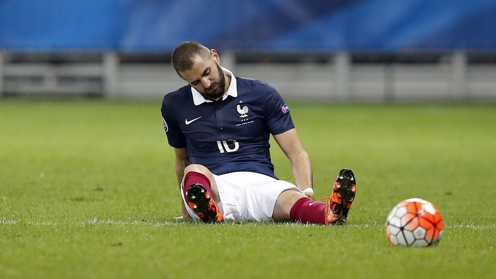 France's forward Karim Benzema reacts after being injured during the friendly football match between France and Armenia on October 8, 2015 at the Allianz Riviera stadium in Nice, southeastern France. AFP PHOTO / VALERY HACHE / AFP / VALERY HACHE