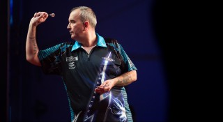 Britain's Phil Taylor competes in the final of the Hong Kong Darts Masters event in the southern Chinese city on September 5, 2015.  AFP PHOTO / DALE DE LA REY / AFP / DALE de la REY