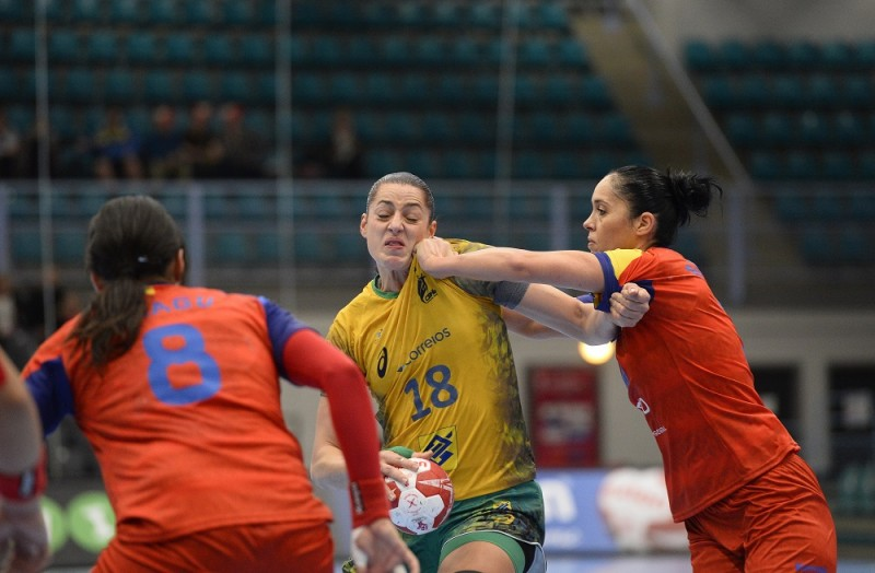 Brazil's Eduarda Amorim (C) vies with Romania's Aurelia Bradeanu (R) and Cristina Neagu during the 2015 Women's Handball World Championship eight final match between Brazil and Romania at the Sydbank Arena on December 13, 2015 in Kolding, Denmark.  AFP PHOTO / JONATHAN NACKSTRAND / AFP / JONATHAN NACKSTRAND