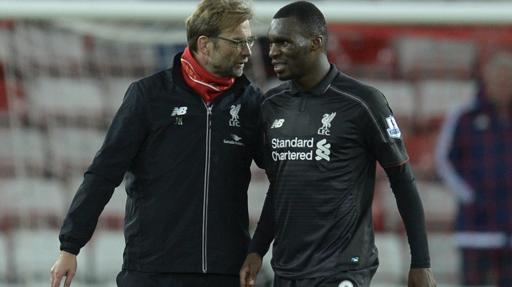 Liverpool's German manager Jurgen Klopp (L) talks with goalscorer Liverpool's Zaire-born Belgian striker Christian Benteke (R) after the final whistle in the English Premier League football match between Sunderland and Liverpool at the Stadium of Light in Sunderland, north east England, on December 30, 2015. AFP PHOTO / OLI SCARFF  RESTRICTED TO EDITORIAL USE. No use with unauthorized audio, video, data, fixture lists, club/league logos or 'live' services. Online in-match use limited to 75 images, no video emulation. No use in betting, games or single club/league/player publications. / AFP / OLI SCARFF
