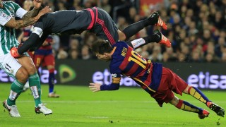 Real Betis' goalkeeper Antonio Adan (up) hits Barcelona's Argentinian forward Lionel Messi during the Spanish league football match FC Barcelona vs Real Betis Balompie at the Camp Nou stadium in Barcelona on December 30, 2015.   AFP PHOTO/ PAU BARRENA / AFP / PAU BARRENA