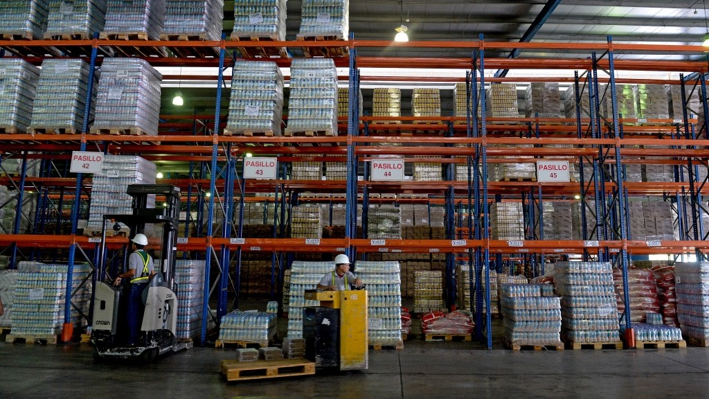 """Workers transport products on forklifts at a distribution center of food company """"Empresas Polar"""" in Maracay, Venezuela on October 27, 2015. Venezuelan businessman Lorenzo Mendoza discarded Tuesday to abandon the country after he was reported by the Chavism before the prosecutor's office for """"betraying his country"""", which could take him to prison for several years. AFP PHOTO / FEDERICO PARRA / AFP / FEDERICO PARRA"""