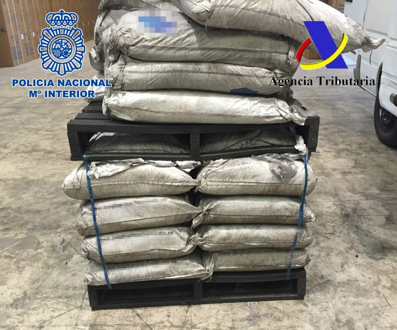 """This handout image released on December 11, 2015 by the Spanish Police shows sacks loaded onto fake wood pallets imported from Colombia and made of narcotic drug cocaine. The Spanish authorities announced today the seizure, in the port of Valencia - eastern Spain, of 1.4 tonnes of fake wooden pallets made of cocaine and the arrest of 12 suspects in Spain, the United Arab Emirates and United Kingdom.  RESTRICTED TO EDITORIAL USE - MANDATORY CREDIT """"AFP PHOTO/ SPANISH POLICE"""" - NO MARKETING NO ADVERTISING CAMPAIGNS - DISTRIBUTED AS A SERVICE TO CLIENTS   -  AFP PHOTO/ HO/ SPANISH INTERIOR MINISTRY / AFP / SPANISH POLICE / HO"""