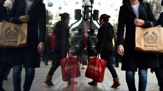 Shoppers are reflected in a shop window as they walk along Oxford Street, one of the main shopping streets in central London, on December 22, 2015. Britain's retail sales rebounded sharply in November, helped by buying on 'Black Friday' when items are heavily discounted in the run-up to Christmas, official data showed last week.   AFP PHOTO / BEN STANSALL / AFP / BEN STANSALL