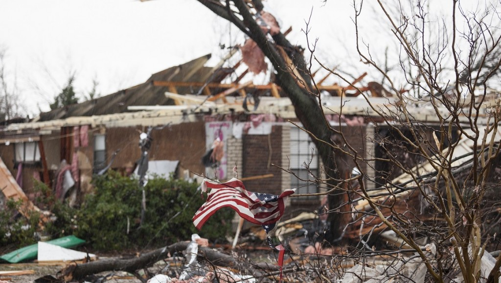 An American flag placed by first responders is seen  December 27, 2015 in the aftermath of a tornado in Rowlett, Texas.  At least 11 people lost their lives as tornadoes tore through Texas, authorities said, as they searched home to home for possible more victims of the freak storms lashing the southern United States. The rare December twisters that flattened houses and caused chaos on highways raised the death toll from days of deadly weather across the South to at least 28. AFP PHOTO/LAURA BUCKMAN / AFP / LAURA BUCKMAN