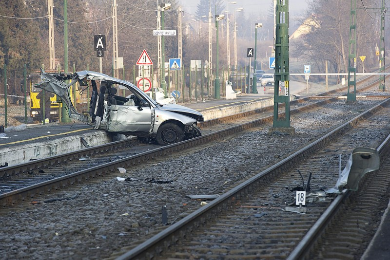 Budakalász, 2016. január 23.Villanyoszlopoknak csapódott, majd kettészakadt autó egyik darabja Budakalászon, a Pomázi úton, Szent István-telep HÉV-megálló közelében 2016. január 23-án. A balesetben az autó három utasa kirepült a gépkocsiból, közülük kettő súlyosan, egy könnyebben megsérült.MTI Fotó: Lakatos Péter
