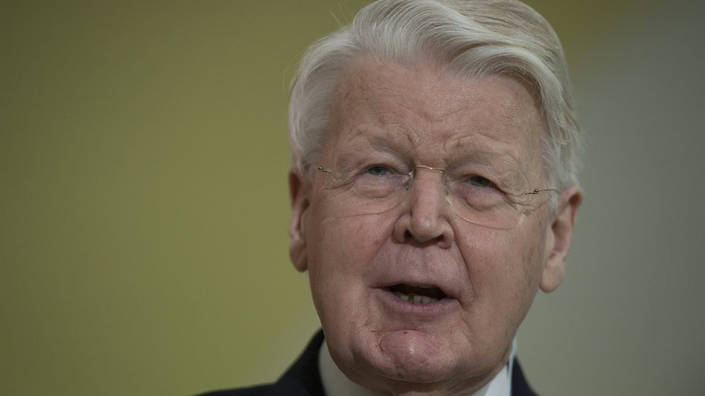 """Iceland's President Olafur Ragnar Grimsson addresses the """"LPAA focus on Energy"""" session during the COP21 climate change conference in Le Bourget, north of Paris, on December 7, 2015. / AFP / MARTIN BUREAU"""