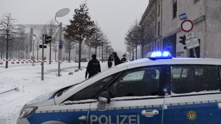 Police block the area around the Chancellery in Berlin on January 6, 2016, as a suspicious mail was found. The German cabinet is to hold it's weekly meeting at the Chancellery. / AFP / TOBIAS SCHWARZ