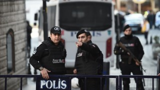 Turkish police cordon off the Blue Mosque area on January 12, 2016 after a blast in Istanbul's tourist hub of Sultanahmet left 10 people dead. Ten people were killed and 15 wounded in a suspected terrorist attack on January 12 in the main tourist hub of Turkey's largest city Istanbul, officials said. A powerful blast rocked the Sultanahmet neighbourhood which is home to Istanbul's biggest concentration of monuments and and is visited by tens of thousands of tourists every day.  / AFP / OZAN KOSE
