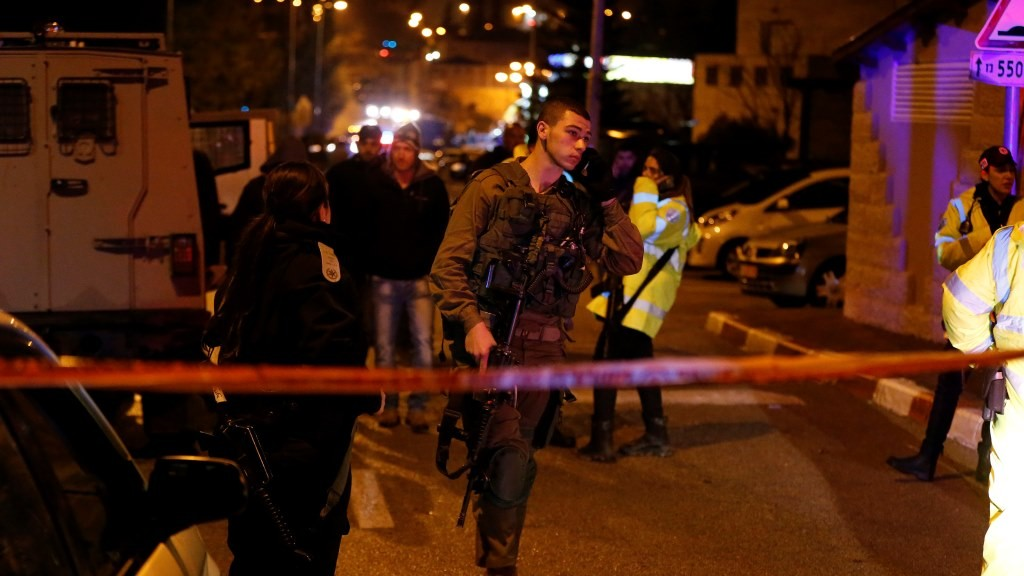 Israeli security forces stand guard at the site of a stabbing attack in the Jewish Beit Horon settlement in the West Bank, northwest of Jerusalem, on January 25, 2016. Two Palestinians stabbed two women at a grocery store in an Israeli settlement of the West Bank before being shot dead, police and medics said, in the latest in nearly four months of attacks. / AFP / AHMAD GHARABLI