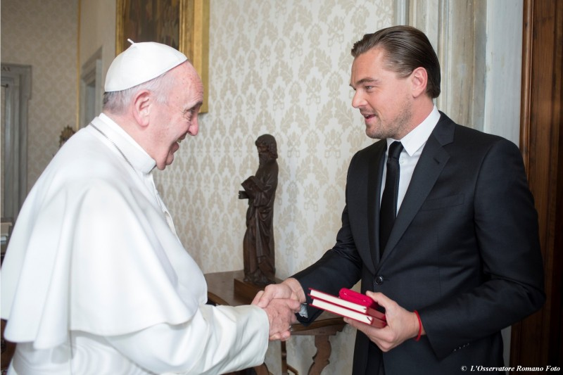 This handout picture released by the Vatican press office on January 28, 2016 shows Pope Francis welcoming US actor Leonardo DiCaprio (R) during a private audience at the Vatican.   / AFP / OSSERVATORE ROMANO / OSSERVATORE ROMANO
