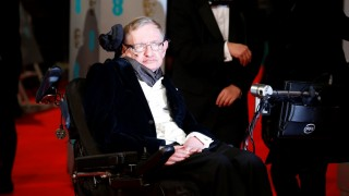 British scientist Stephen Hawking arrives for the BAFTA British Academy Film Awards at the Royal Opera House in London on February 8, 2015. AFP PHOTO / JUSTIN TALLIS / AFP / JUSTIN TALLIS