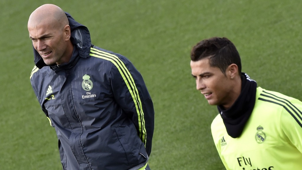 Real Madrid's new French coach Zinedine Zidane (L) and Real Madrid's Portuguese forward Cristiano Ronaldo take part in a training session at the Valdebebas training ground in Madrid on January 8, 2016.   AFP PHOTO / GERARD JULIEN / AFP / GERARD JULIEN