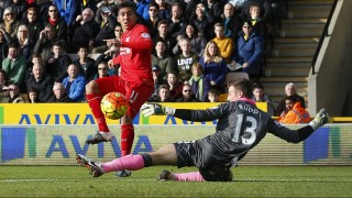 Liverpool's Brazilian midfielder Roberto Firmino (L) shoots to score the opening goal past Norwich City's English goalkeeper Declan Rudd during the English Premier League football match between Norwich City and Liverpool at Carrow Road in Norwich, eastern England, on January 23, 2016. AFP PHOTO / LINDSEY PARNABY  RESTRICTED TO EDITORIAL USE. No use with unauthorized audio, video, data, fixture lists, club/league logos or 'live' services. Online in-match use limited to 75 images, no video emulation. No use in betting, games or single club/league/player publications. / AFP / LINDSEY PARNABY