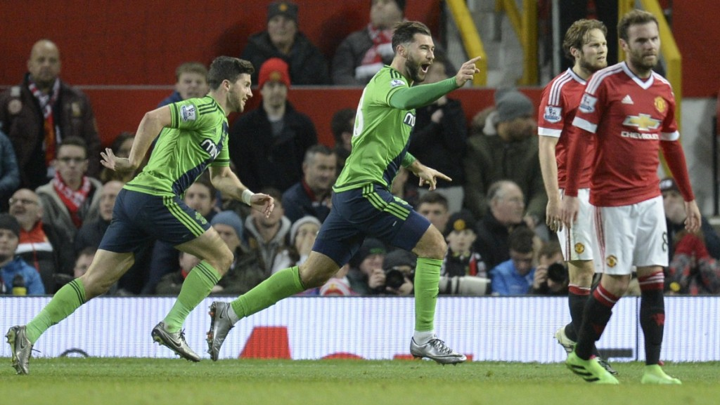Southampton's English striker Charlie Austin (C) celebrates scoring the opening goal during the English Premier League football match between Manchester United and Southampton at Old Trafford in Manchester, north west England, on January 23, 2016. AFP PHOTO / OLI SCARFF  RESTRICTED TO EDITORIAL USE. No use with unauthorized audio, video, data, fixture lists, club/league logos or 'live' services. Online in-match use limited to 75 images, no video emulation. No use in betting, games or single club/league/player publications. / AFP / OLI SCARFF