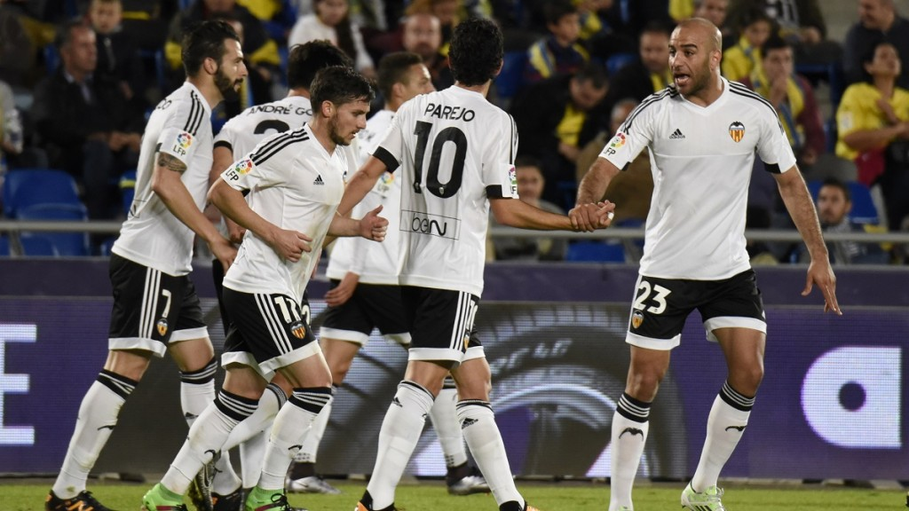 Valencia players celebrate after scoring during the Spanish Copa del Rey (King's Cup) football match UD Las Palmas vs Valencia CF at the Estadio de Gran Canaria in Las Palmas de Gran Canaria on January 28, 2016.  AFP PHOTO / DESIREE MARTIN / AFP / DESIREE MARTIN