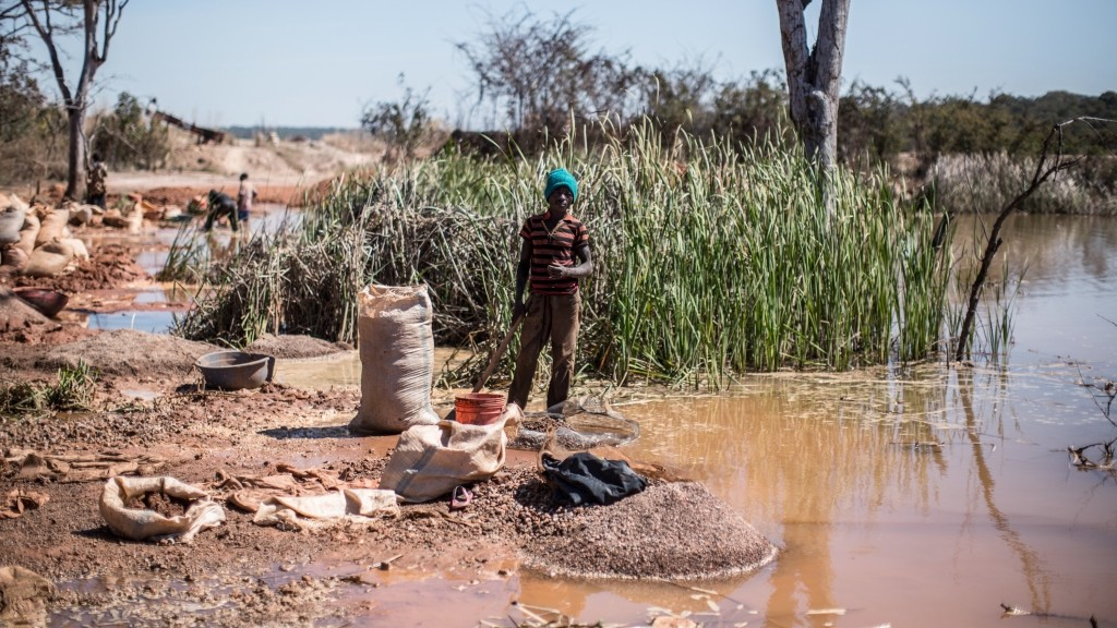 TO GO WITH AFP STORY BY MARC JOURDIER This photo taken on May 31, 2015 near a mine between Lubumbashi and Kolwezi shows a man separating cobalt from mud and rocks, one of 130,000 small-scale diggers trying to scratch a living from the region's rich earth. AFP PHOTO / FEDERICO SCOPPA / AFP / FEDERICO SCOPPA