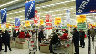 (dpa) - Many discounts are advertised in a supermarket in the shopping mall Wola Park Mall in Warsaw, Poland, 18 January 2003. Many foreign supermarket chains have set up giant shopping centres in Poland. The country is one of ten to join the European Union in 2004. The EU will then have 25 member states.