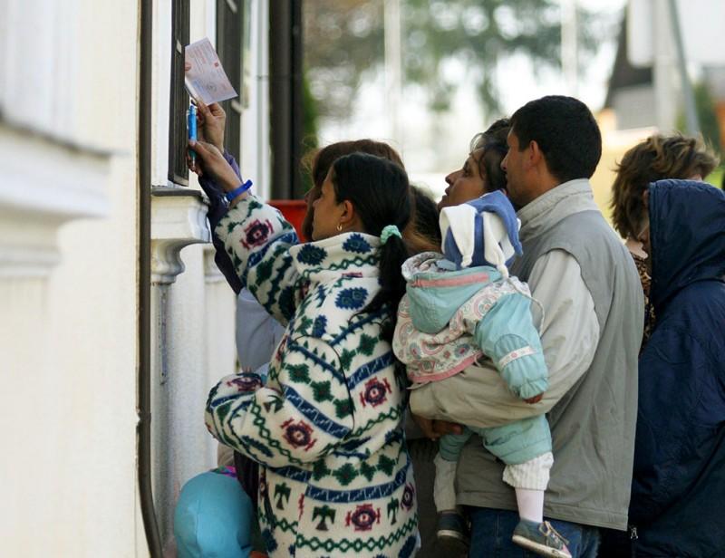 Zalakomár, 2007. április 5.Családi pótlékot osztanak családoknak a zalakomári postahivatal előtt. A várakozókat nem engedik be a hivatalba, ezért a hivatal ablakán keresztül intézhetik ügyüket.MTI Fotó: Varga György
