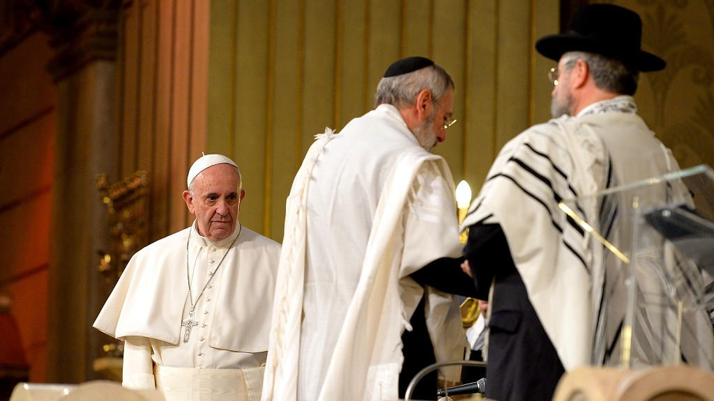 Pope Francis with chief Rabbi Riccardo Di Segni (R) in Rome's main Synagogue on January 17, 2016.Pope Francis is to become the third pontiff to visit Rome's main synagogue, where he will meet members of the Italian capital's Jewish community.     AFP PHOTO / VINCENZO PINTO