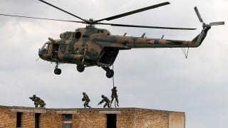 Zalahaláp, 2015. május 28.A horvát különleges erők katonái egy épületbe hatolnak be a Magyar Honvédség Bakony Harckiképző Központjának ujdörögdi bázisán megrendezett Jackal Cave 2015 elnevezésű nemzetközi gyakorlaton 2015. május 28-án. A magyar, amerikai és horvát különleges erők részvételével tartott gyakorlat célja a hagyományos és különleges műveleti erők integrációjának fejlesztése és a városi harc gyakorlása.MTI Fotó: Nagy Lajos