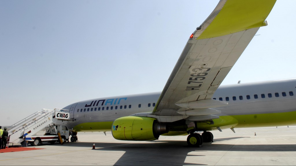 (120324) -- YINCHUAN, March 24, 2012 (Xinhua) -- A plane of South Korea's Jin Air stops at Hedong Airport in Yinchuan, capital of northwest China's Ningxia Hui Autonomous Region, on March 24, 2012. Jin Air opened a direct route between Seoul and Yinchuan on March 24, aimed at promoting business and travel ties between the two sides. This is Ningxia's first international direct air route. (Xinhua/Peng Zhaozhi) (hdt)