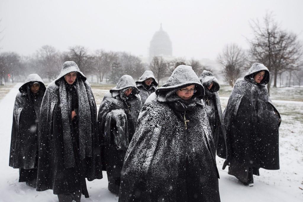 Washington, 2016. január 23.Hóesésben sétáló apácák az amerikai törvényhozás épülete, a Capitolium közelében Washingtonban 2016. január 22-én. A Jonas nevű hóvihar érkezése miatt az Egyesült Államok keleti államaiban hatvan-hetven centiméteres hóra számítanak. (MTI/EPA/Jim Lo Scalzo)