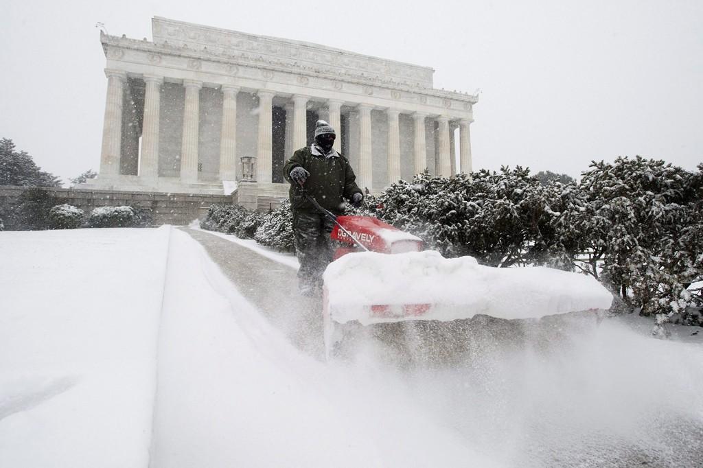 Washington, 2016. január 23.Egy munkás sűrű hóesésben takarítja a havat a washingtoni Lincoln-emlékmű közelében 2016. január 22-én. A Jonas nevű hóvihar érkezése miatt az Egyesült Államok keleti államaiban hatvan-hetven centiméteres hóra számítanak. (MTI/EPA/Michael Reynolds)
