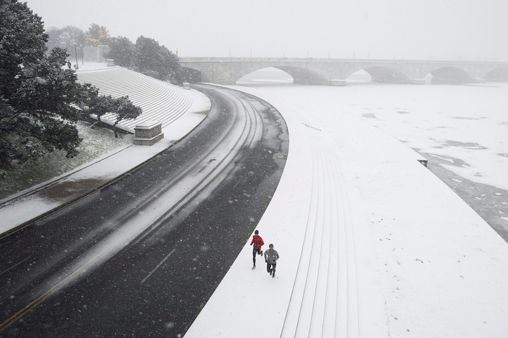 Washington, 2016. január 23.Kocogók futnak hóesésben a Potomac folyó partján Washingtonban 2016. január 22-én. A Jonas nevű hóvihar érkezése miatt az Egyesült Államok keleti államaiban hatvan-hetven centiméteres hóra számítanak. (MTI/EPA/Michael Reynolds)
