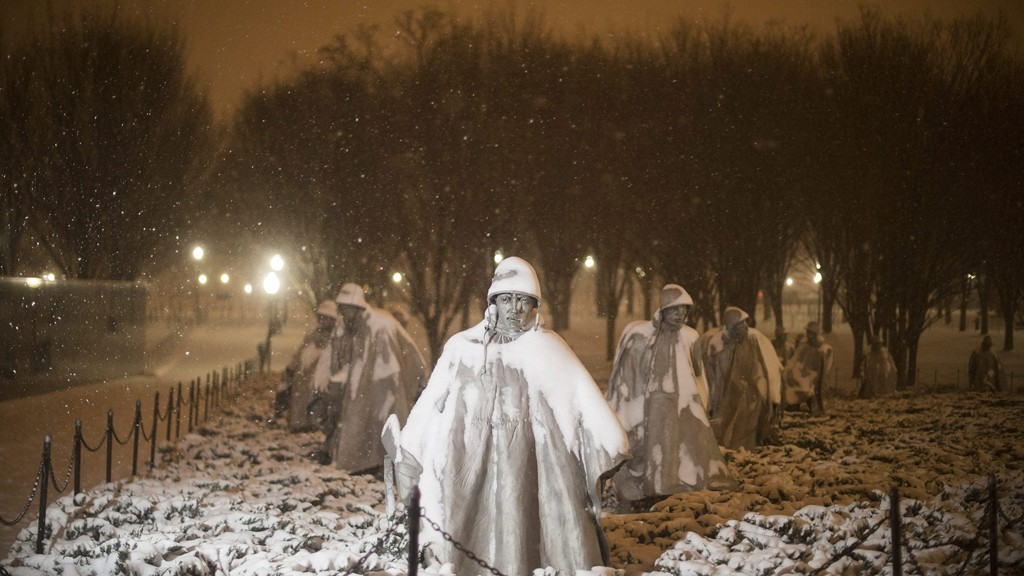 Washington, 2016. január 23.Sűrű hóesésben készült kép a koreai háború veteránjainak washingtoni emlékművéről 2016. január 22-én. A Jonas nevű hóvihar érkezése miatt az Egyesült Államok keleti államaiban hatvan-hetven centiméteres hóra számítanak. (MTI/EPA/Michael Reynolds)
