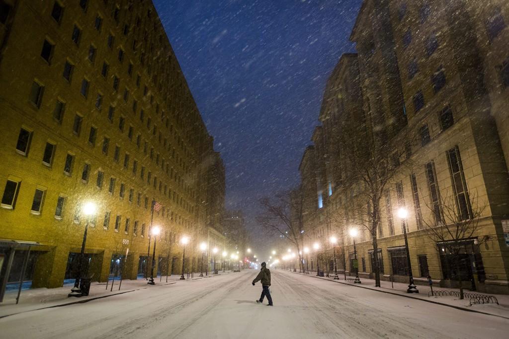 Washington, 2016. január 23.Sűrű hóesésben gyalogol egy férfi az E utcában Washingtonban 2016. január 22-én. A Jonas nevű hóvihar érkezése miatt az Egyesült Államok keleti államaiban hatvan-hetven centiméteres hóra számítanak. (MTI/EPA/Jim Lo Scalzo)