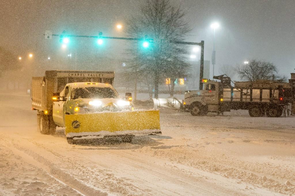 Alexandria, 2016. január 23.Hóekével takarítanak egy utat a Virginia állambeli Alexandriában 2016. január 22-én. A Jonas nevű hóvihar érkezése miatt az Egyesült Államok keleti államaiban hatvan-hetven centiméteres hóra számítanak. (MTI/EPA/Michael Reynolds)