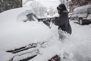Washington, 2016. január 23.Egy férfi autója szélvédőjéről takarítja el a havat Washingtonban 2016. január 23-án. A Jonas nevű hóvihar érkezése miatt az Egyesült Államok keleti államaiban hatvan-hetven centiméteres hóra számítanak. (MTI/EPA/Drew Angerer)