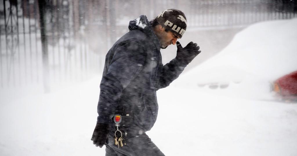 New York, 2016. január 23.Egy férfi gyalogol jeges szélben és hóesésben New York Brooklyn városrészében 2016. január 23-án.  (MTI/EPA/Justin Lane)